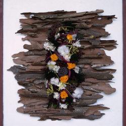 Tableau piquet floral au milieu d'écorces de platanes enroulées et sèches