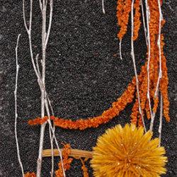 Tableau de bouleau argenté, amaranthes et chardons orange pailletés sur fond de colza