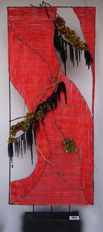 Sculpture de fibre naturelle rouge, guirlande de fleurs stabilisées
