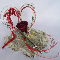 Composition de fils de métal, feuilles lamb's, roses, feuillage stabilisés et modollino