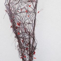Sculpture avec support métal, bruyère sèche, fil de métal et feuilles de lierres stabilisées