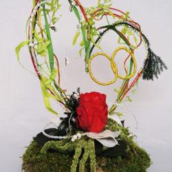 Composition de fils de métal, mousse, roses, feuillage stabilisés et modollino
