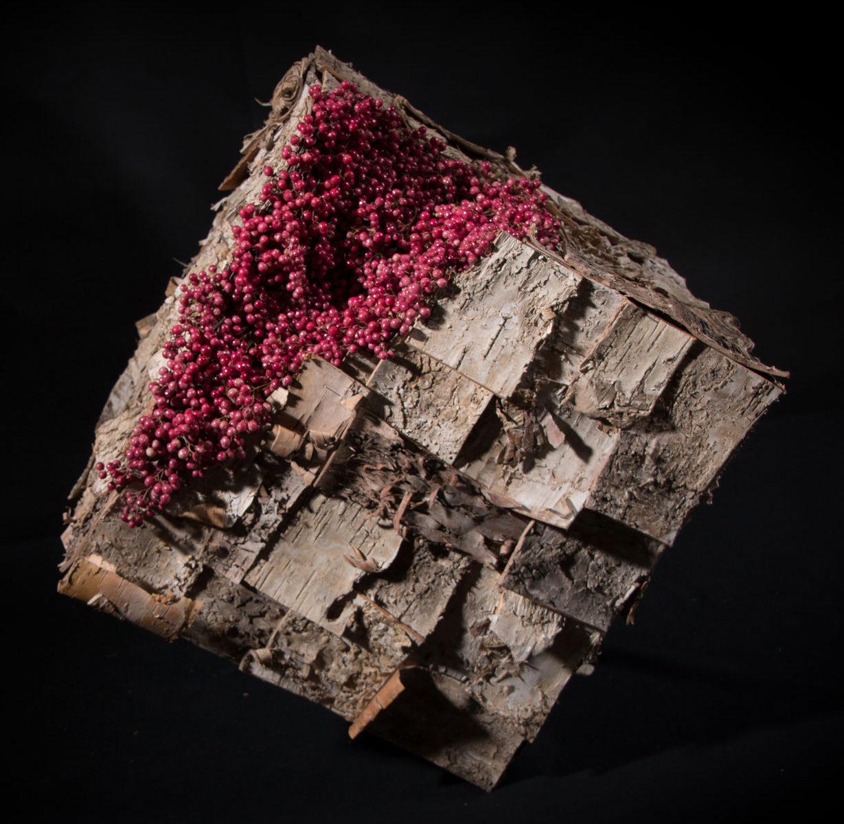 Sculpture en support bois, écorces de bouleauet baies poivrier secs