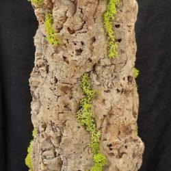 Sculpture en écorce de liège et lichen vert sur socle métallique